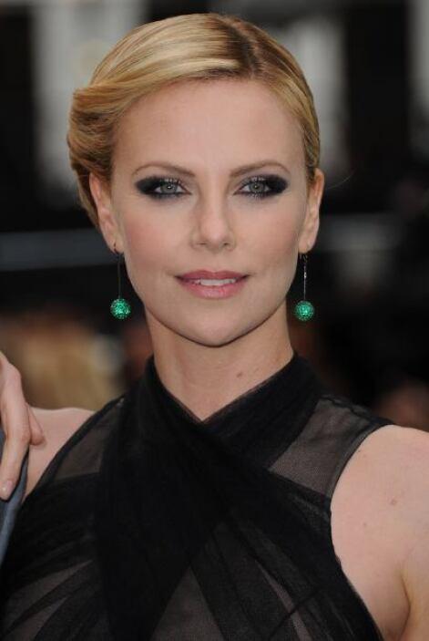 Charlize Theron se ha inclinado por muy bellos aretes, con los que logró...