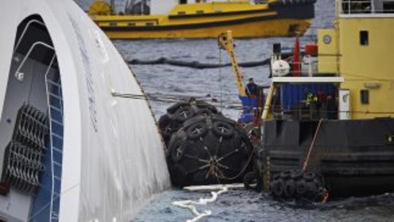 """Suspendieron las operaciones para extraer el combustible del navío """"Conc..."""