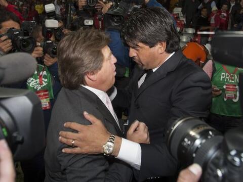 Fraternal saludo entre Miguel HErrera y José Cardozo, dos t&eacut...