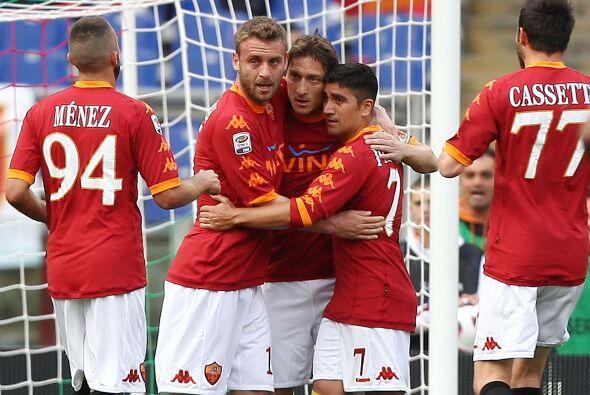 El interminable volante ofensivo italiano, Totti, sigue convirtiendo gol...