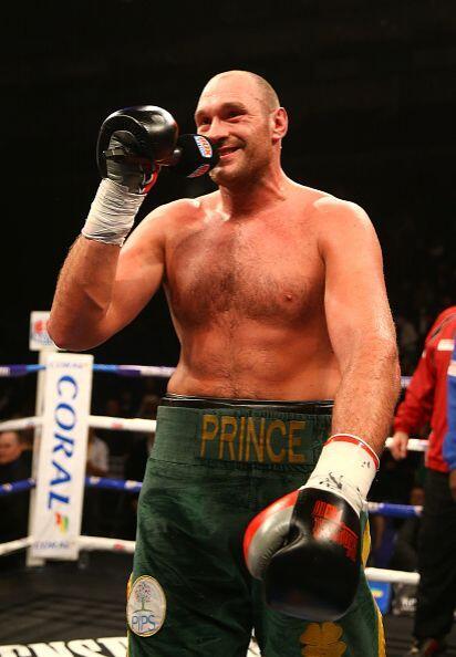 Tyson Fury apunta alto y su dedo señala a Wladimir Kiltschko.