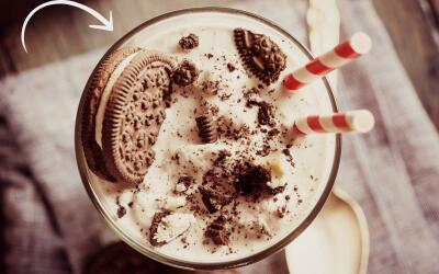 Malteada de helado de vainilla y chocolate con galleta.