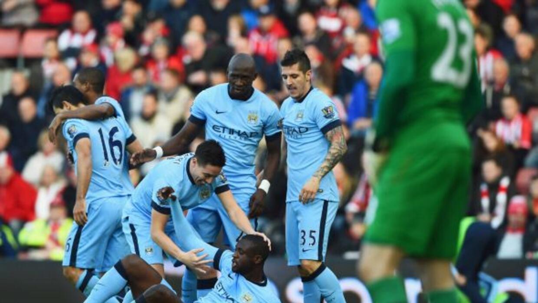 Los jugadores 'Citizens' felicitan a Touré, autor del gol con el que se...
