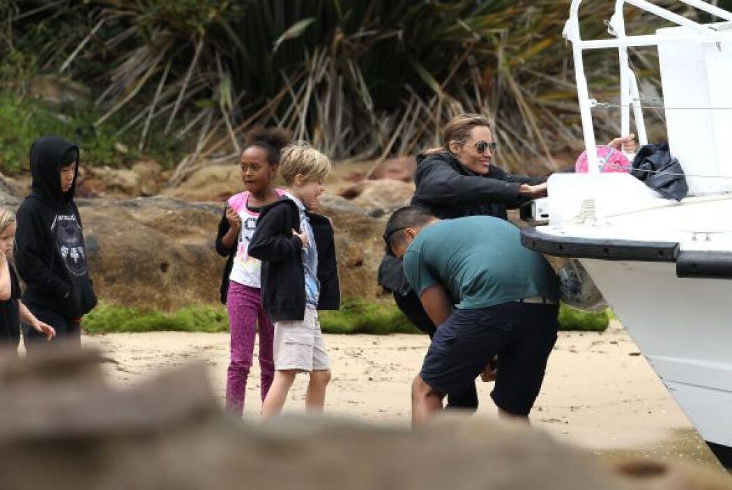 Brad, Angelina y los chicos llegando a las costas de Sydney. Más videos...