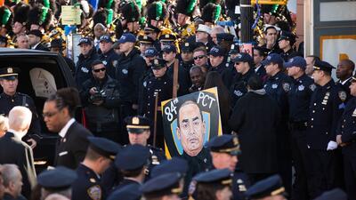 Miles de personas asistieron al multitudinario funeral del oficial Rafae...