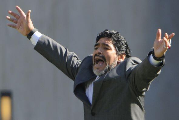 Maradona ya sueña con el campeonato... y con el desnudo en el Obe...