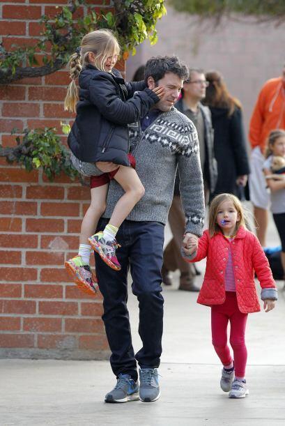 Llevaba cargando a Violet y a Seraphina de la mano. Mira aquí los...