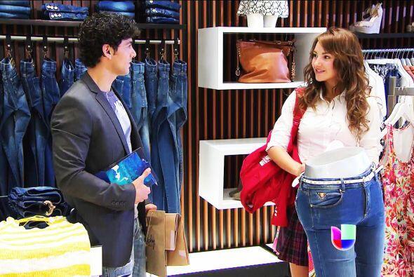Al verla, le regaló una blusa que se robó de una tienda.