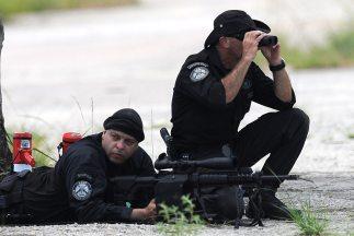 El grupo de asaltantes aún permanece en la zona boscosa, que sigue cerca...