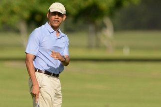 El presidente de Estados Unidos, Barack Obama, jugando golf.