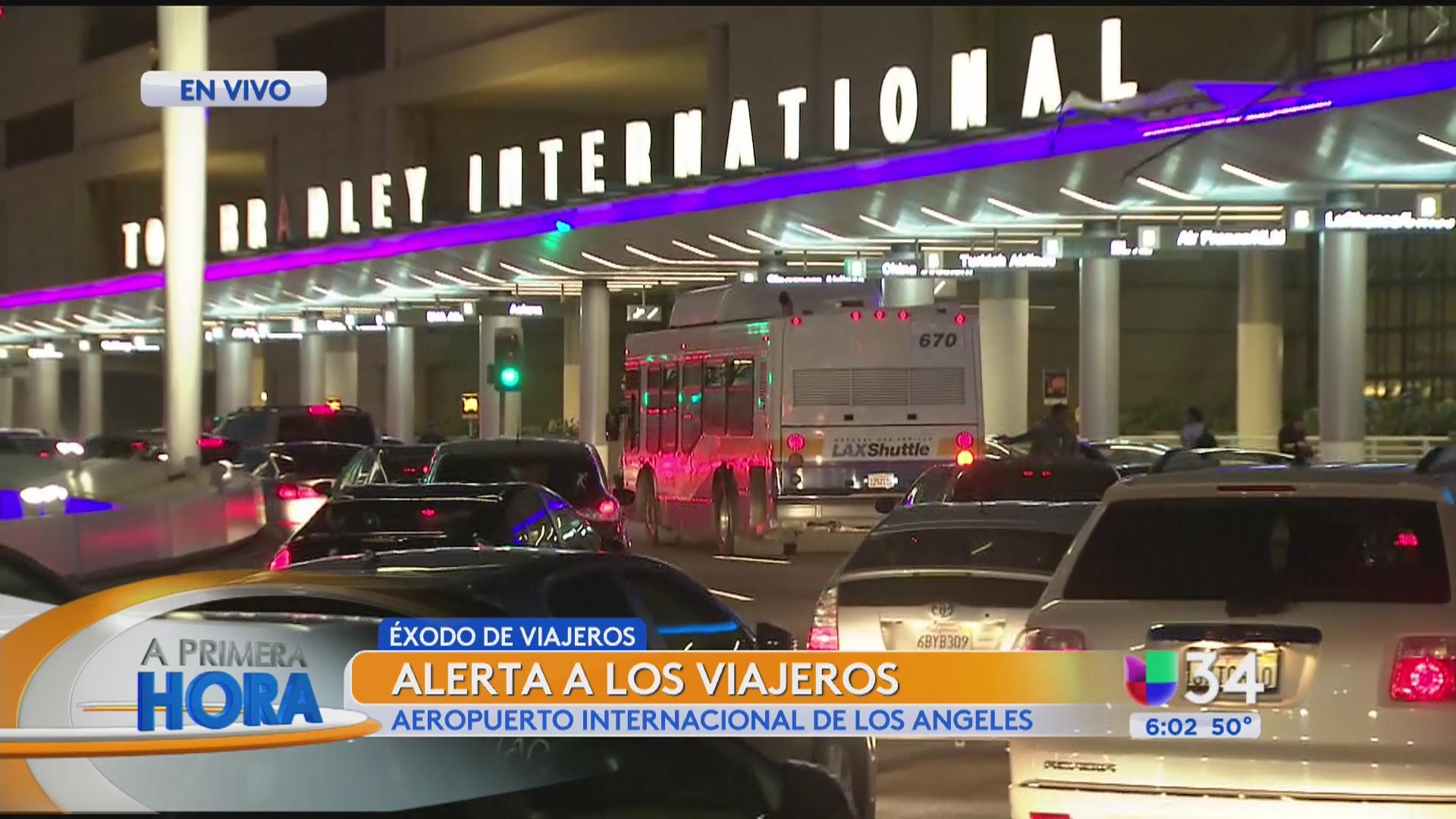 Éxodo de viajeros en el aeropuerto de Los Ángeles