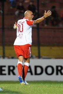 Omar Pérez del Independiente Santa Fe festeja su gol ante el Cerro Porte...
