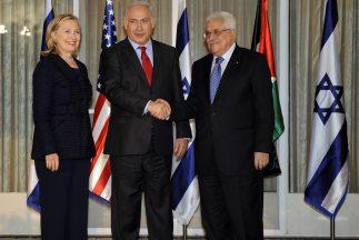 La Secretaria de Estado de Estados Unidos, Hilary Clinton, junto al Prim...