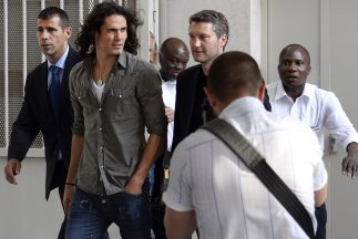 Esta imagen de Cavani fue tomada afuera de un hospital parisino donde le...