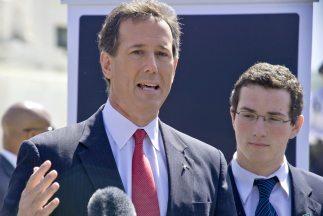 Santorum insistió en las posibilidades de su candidatura, pese a los rec...