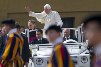 Paolo Gabriele sentado en el lugar del copiloto del Papa Movil durante u...