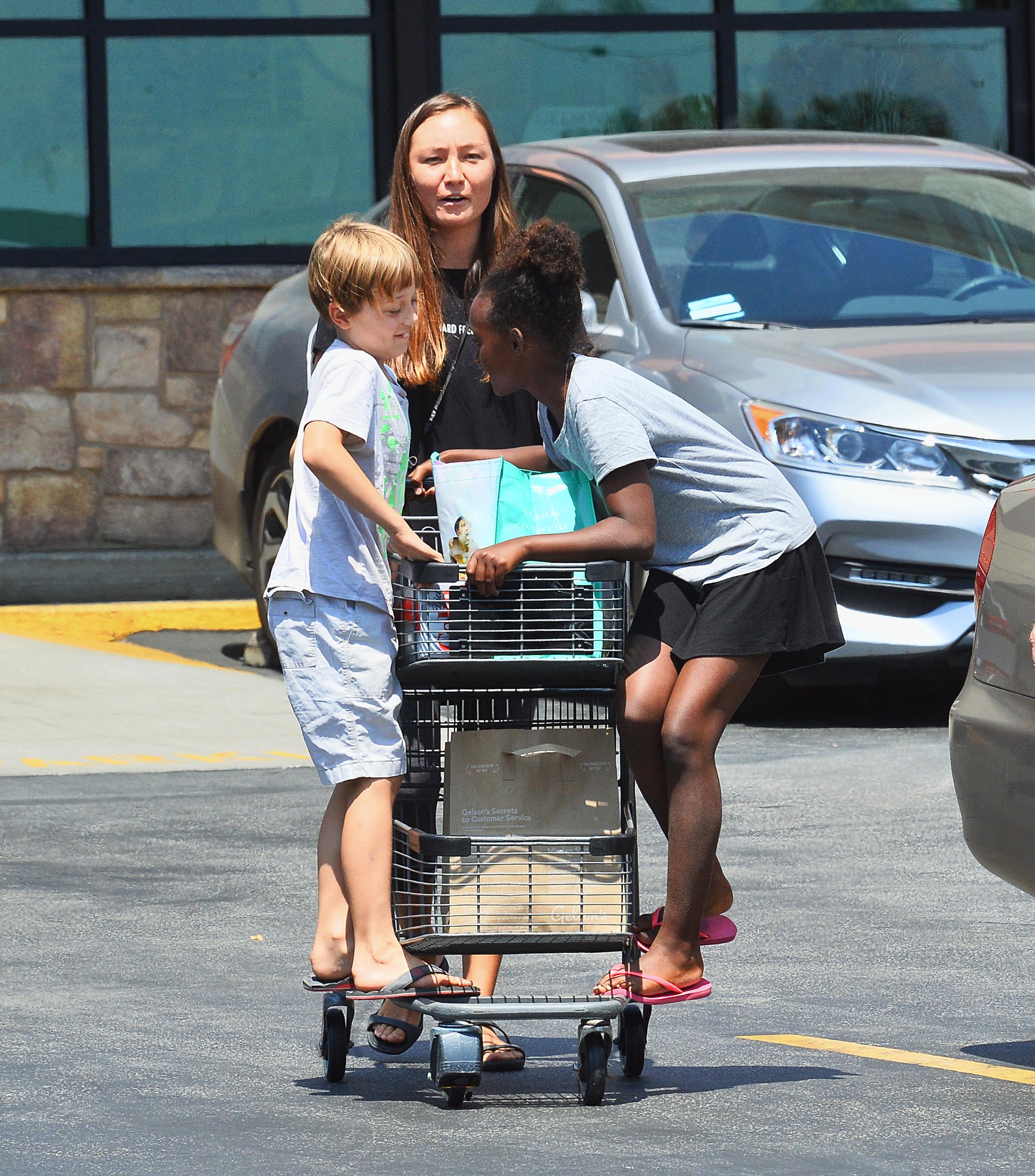 Zahara Y Knox Jolie-Pitt Se Divierten Con La Niñera