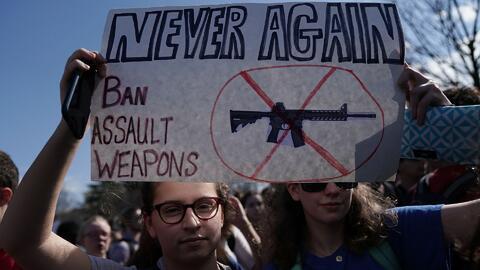 Estudiantes al frente del Capitolio en Washington DC participando el pas...