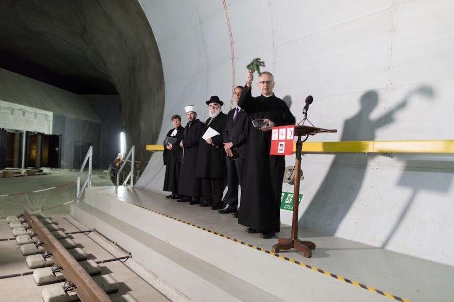 Inauguran el túnel más largo y profundo del mundo tunel7.jpg