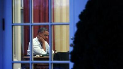 El presidente Barack Obama en su escritorio de la Oficina Oval de la Cas...