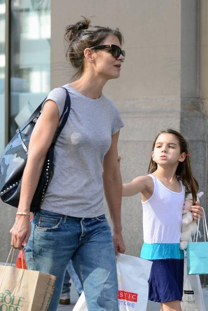 Katie llevó de compras a Suri por Manhattan.  Más videos de Chismes aquí.
