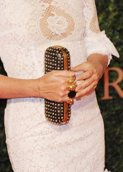 ¡Los bolsos o 'clutch' con anillos incrustados en las asas es una de nue...