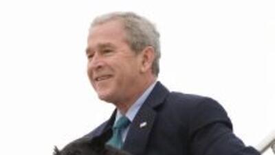 El ex presidente George W. Bush lleva a su perro Barney.