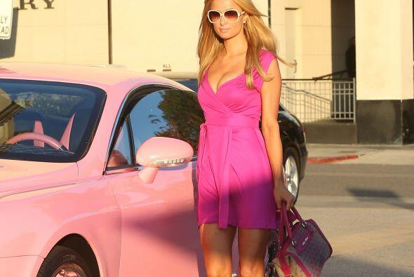 La guapa heredera se paseó en su lujoso Bentley color rosa y combinó su...