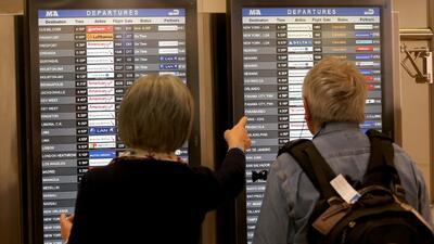 Cientos de pasajeros permanecen varados en el aeropuerto de Miami por la tormenta invernal