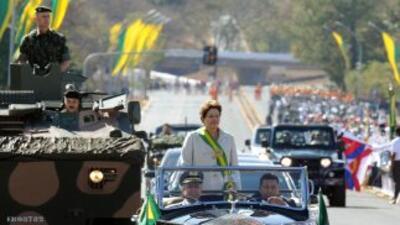 La protesta ocurría del otro lado de la avenida donde Rousseff presidía...