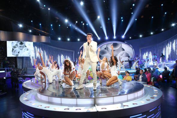 Las cuatro finalistas se convirtieron en sus bailarinas, y se movieron c...