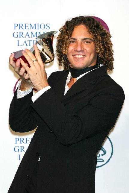 En 2003, el español David Bisbal recogió el galardón por Mejor Nuevo Art...