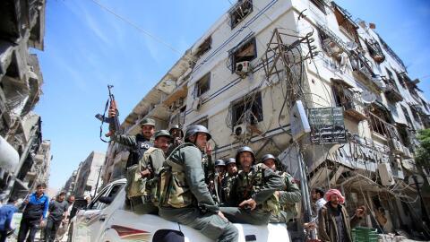 Miembros de la Policía siria en la ciudad de Duma, Siria, el 16 d...