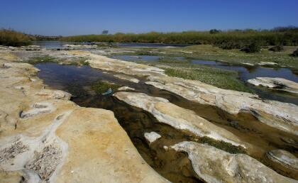 <b>Nuevo Laredo. </b>Continuando hacia el sureste está Laredo, Texas, y Nuevo Laredo, Tamaulipas. En la zona urbana el río está dividido por una barda que se interrumpe en las zonas remotas.