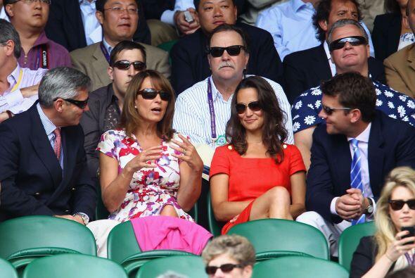 Pippa y Alex fueron acompañados por los padres de ella, Michael y Carole...