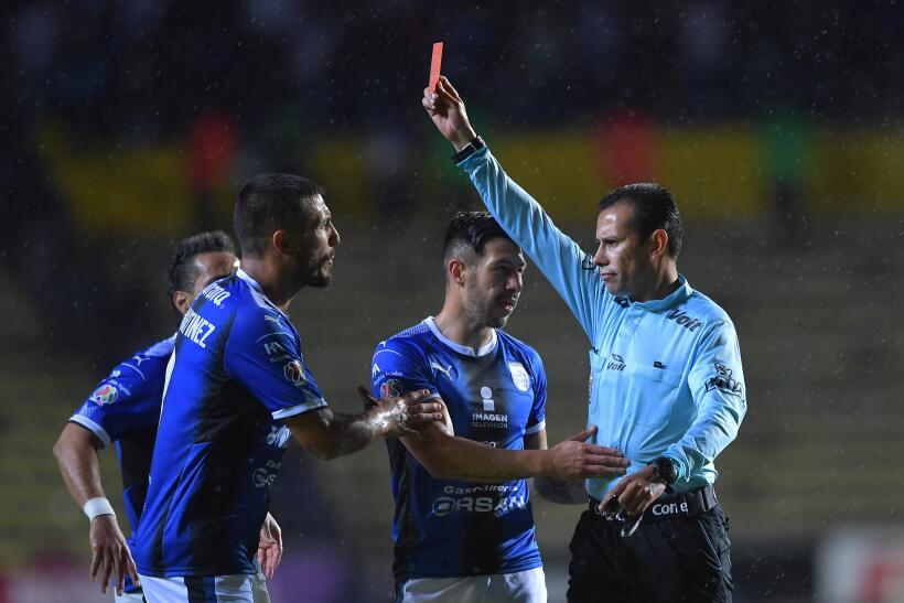 Miguel Samudio de Querétaro es expulsado a los 8 minutos del encuentro p...