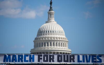 Un cartel anuncia la gran protesta March for Our Lives delante del Capit...