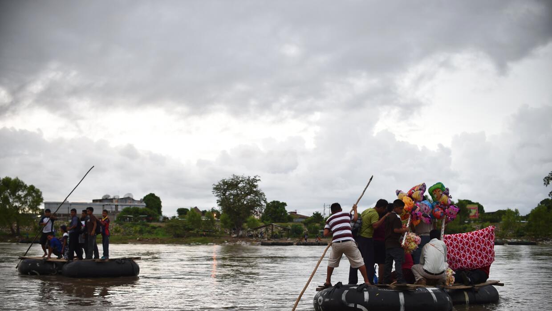 Inmigrantes usan el río Suchiate para cruzar de Guatemala a México