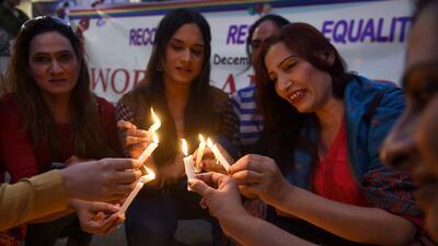 En fotos: vigilias y listones rojos para conmemorar el Día Mundial de la Lucha contra el Sida