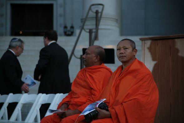 Dos monjes budistas aguardan el inicio de la ceremonia.