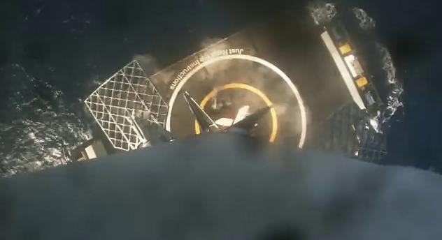 Aterrizaje perfecto de la primera fase del cohete en una plataforma flot...
