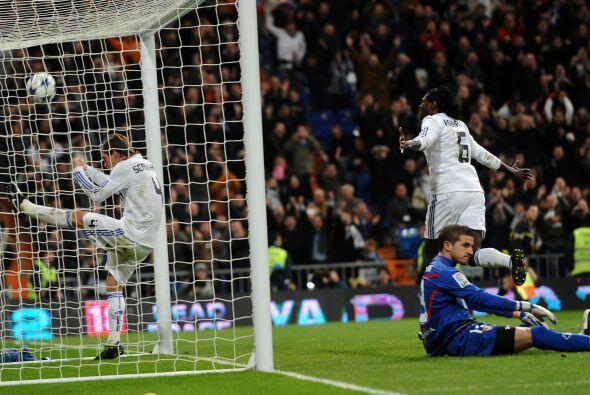 El togolés Emmanuel Adebayor se estrenó como goleador 'merengue'.