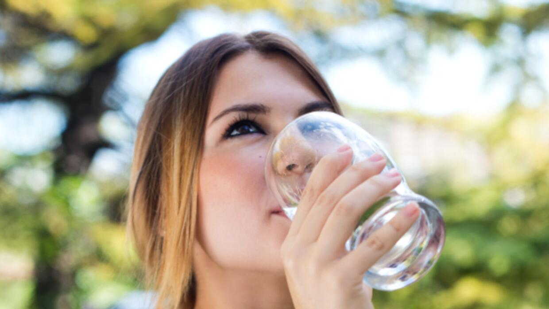 Nada como hidratarte para renovar tu cuerpo.