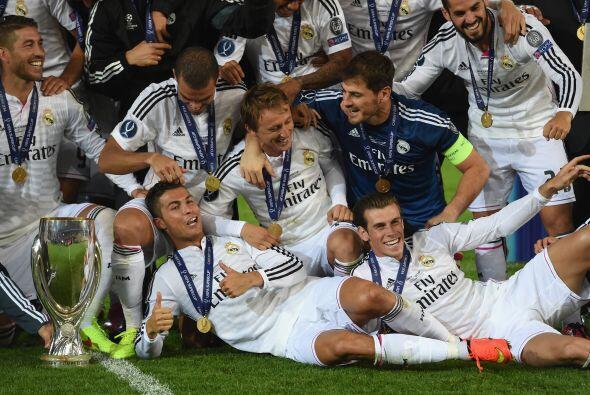 Al final los jugadores merengues posaron con el trofeo para las cámaras.