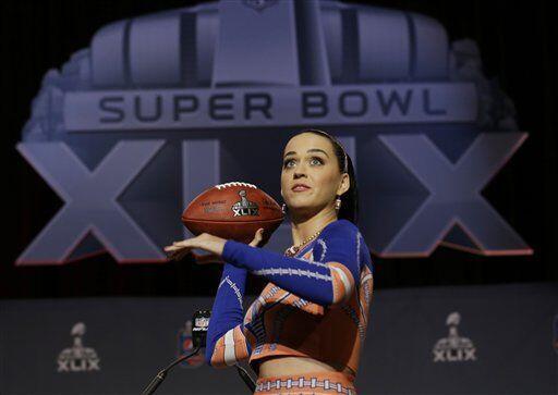 Manejando el ovoide, que al final lanzó a los medios (AP-NFL).
