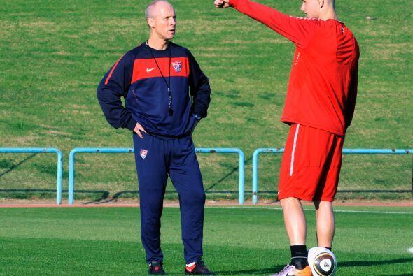 De hecho, el técnico Bob Bradley, en la foto dialogando con su hijo Mich...