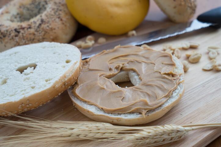 En vez de un bagel tradicional, puedes comerte uno pequeño con un poquit...