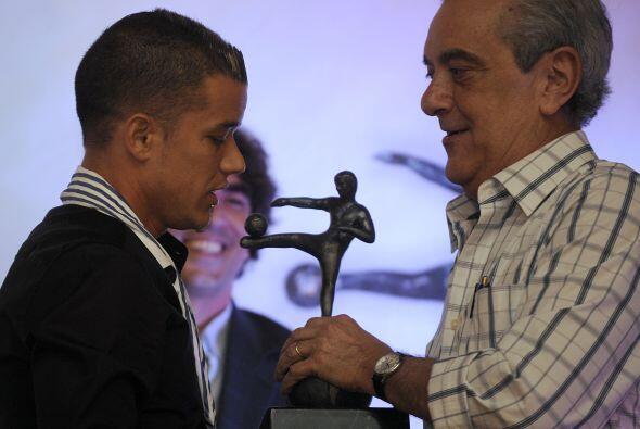 Andrés D'Alessandro recibiendo el premio al Mejor de América según la en...