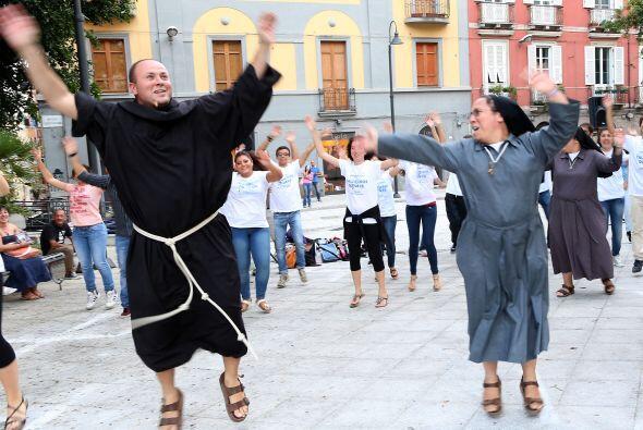 Frailes, monjas y jóvenes realizan un baile flash mob en la víspera de l...