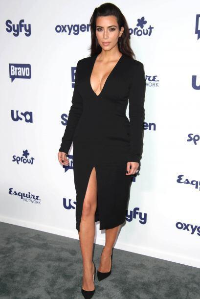 ¡Los escotes en 'V' son los favoritos de esta Kardashian! Lo bueno es qu...